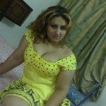 hottie-wearing-yellow-expose-her-cleavages-1