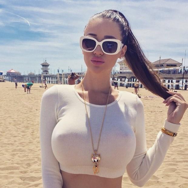 hot-lady-wearing-aglass-28