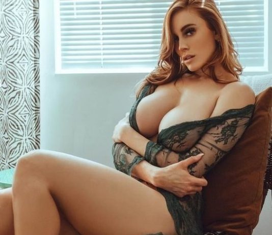 woman-expose-her-boobs-out