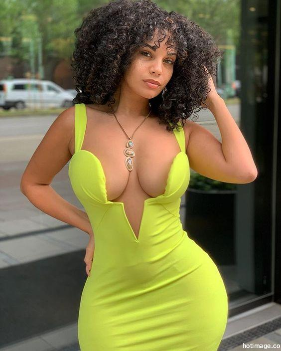 Model Sexy Cleavage We Love